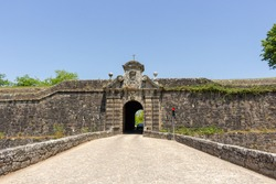 The Porta da Coroada (Crown) is located on the south of Fortaleza, preceded by a stonework bridge with a guard also made of hollow stonework, it is made by a round arch door with wedge staves.