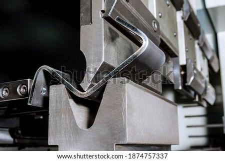 The process of bending sheet metal on a hydraulic bending machine Stockfoto ©