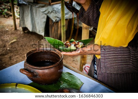 The process of making (cenil and lupis) in pasar kumandang, typical food from the island of Java Stock fotó ©