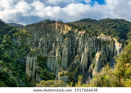 The Putangirua Pinnacles are a geological formation and one of New Zealand's best examples of badlands erosion. They consist of a large number of earth pillars or hoodoos located at the head of a vall Stock fotó ©
