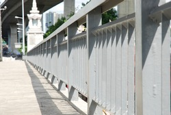 The railing of the passageway on the river bridge is made of steel frame. For strength