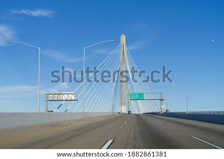 The recently opened Gerald Desmond Bridge in Long Beach, California.  This is the first cable-stayed vehicular bridge in California and the second tallest cable-stayed vehicular bridge in the nation. Stockfoto ©