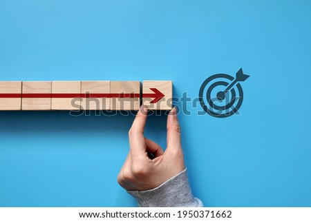 The red arrow moves towards the target. A symbol of purposeful movement towards the goal Foto stock ©