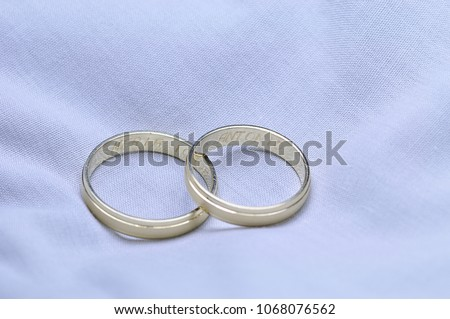 The ring, ring or ring is a ring with more or less decoration that is used as an ornament of the fingers of the ma #1068076562