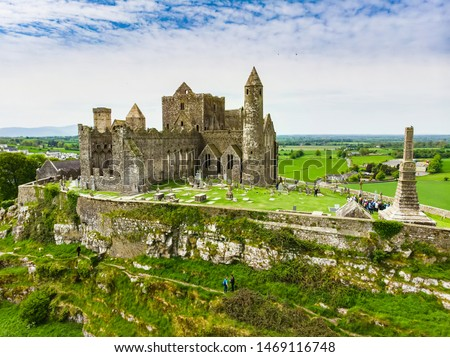 The Rock of Cashel, also known as Cashel of the Kings and St. Patrick's Rock, a historic site located at Cashel, County Tipperary. One of the most famous tourist attractions in Ireland. Stockfoto ©