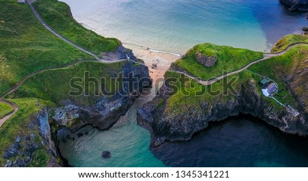 The rope bridge connecting the two cliffs in Northern Ireland it is called the Carrick-a-Rede Rope Bridge taken in an aerial shot Foto stock ©