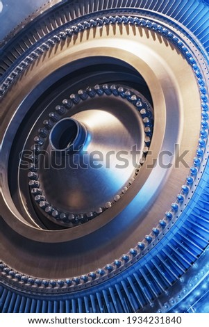 The rotor disk with the blades of a turbojet gas turbine engine with a blue glow. Elements, parts and mechanisms of turbines. Energy and mechanical engineering, square frame Foto d'archivio ©