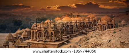 The royal cenotaphs of historic rulers, also known as Jaisalmer Chhatris, at Bada Bagh in Jaisalmer, Rajasthan, India. Cenotaphs made of yellow sandstone at sunset Zdjęcia stock ©