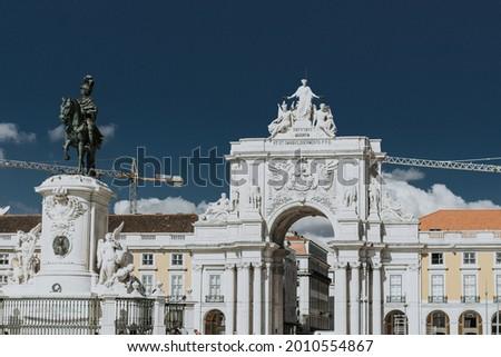 The Rua Augusta Arch and statue of King Jose I in commerce square Praca do Comercio in Lisbon, Portugal Foto stock ©