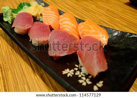 The salmon and tuna shushi