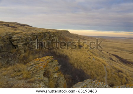 The sandstone cliffs and trail in the head-smashed-in buffalo jump historic site, alberta, canada. This site had been used by native indians to hunt groups of buffalo in thousands of years ago.