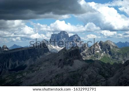 the Sass de Stria, facing the Tofana di Rozes and the Lagazuoi, Dolomites, Italy Foto stock ©