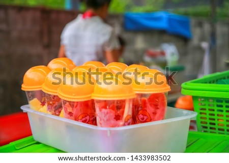 The shop that sells drinks together between fresh milk, cold milk and fruit juice, which prepares the fruit that peels and then lays the glass plastic. Placed on the table,prepared for sale.