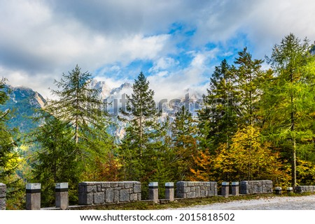 The shores of Lake Jasne. The mountains are overgrown with dense mixed forest. The famous Triglav Park, Slovenia.  Zdjęcia stock ©