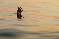 The sinking person, the concept of help