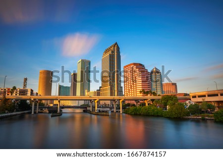 The skyline of downtown Tampa at sunset with Hillsborough river in the foreground. Long exposure. Foto stock ©