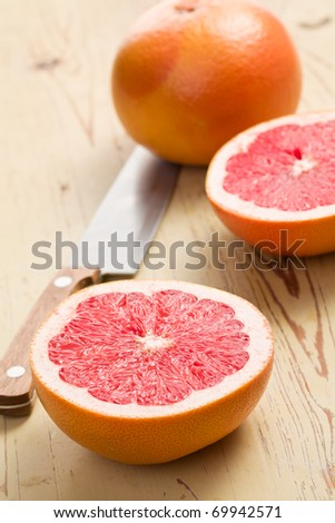 the sliced red grapefruit on kitchen table