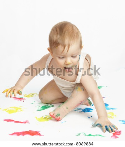 The small child draws water paints