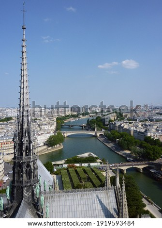 The spire of the Notre-Dame Cathedral in Paris before being destroyed by the 2019 fire gazes imperiously at the River Seine Stockfoto ©