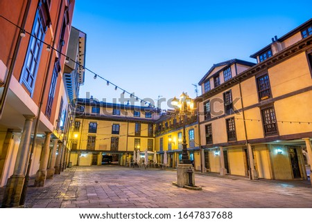 The Square of the Fontan market (La plaza del Mercado del Fontán) is located in the historical center of Oviedo and is surrounded by bar and shops. Foto stock ©