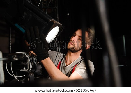 The stage worker sets up the lights Foto d'archivio ©