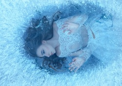 The story of a sleeping beauty. The girl woke up at the bottom of a frozen lake, fish and seaweed swim around her. She tries to escape, but everything is covered with ice edge, despair.