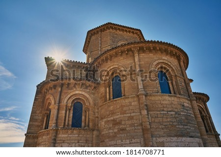 The sun is setting behind the Romanesque church of San Martin de Tours. Fromista, province of Palencia, Spain.                             Foto d'archivio ©
