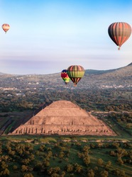 The Sun´s Pyramid at Teotihuacan, and hot air balloons