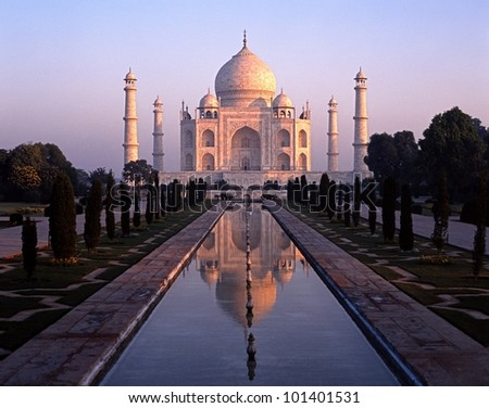 The Taj Mahal at dawn, Agra, Uttar Pradesh, India.
