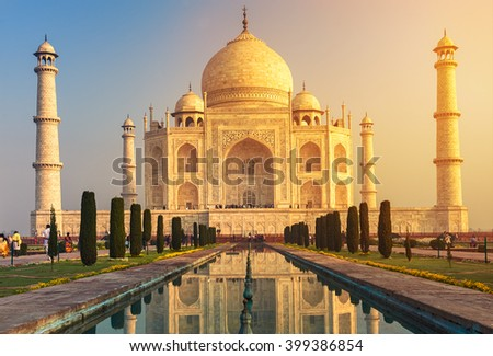 The Taj Mahal is an ivory-white marble mausoleum on the south bank of the Yamuna river in the Indian city of Agra, Uttar Pradesh. ストックフォト ©