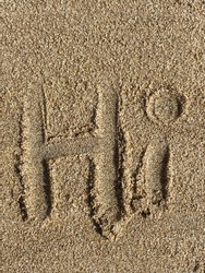 the text HI written in the sand