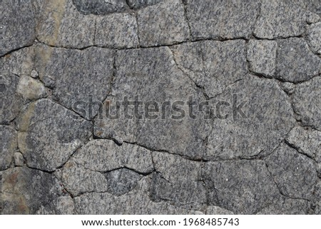 The texture of cracked paving slabs. The paving slabs are cracked under the influence of climatic conditions.  Foto stock ©
