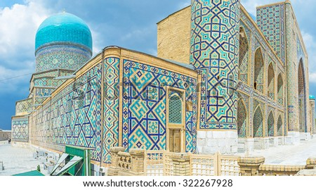 The Tilya Kori Madrasah with its bright blue dome and walls, covered with the geometric traceries, made of blue tiles, Samarkand, Uzbekistan.