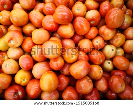 Thetomatois the edible, often red, berry of the plant Solanum lycopersicum, commonly known as atomatoplant. The species originated in western South America and Central America.