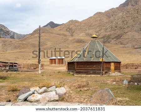 The traditional national dwelling of the Altaians, ail. Altai mountains. Chuisky tract, Altai Republic, Russia. Foto stock ©