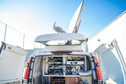 The transmitting car with a satellite antenna on the roof ensures the transmission of the video signal via satellite to the television