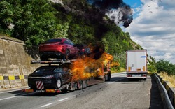 The truck carrying cars caught fire. Trailer carrying cars. Fire