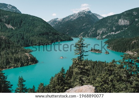 The turquoise blue waters of Diablo Lake, a reservoir in the North Cascades created by Diablo Dam, from the Diablo Lake viewpoint in North Cascades National Park, Washington, USA. Foto stock ©