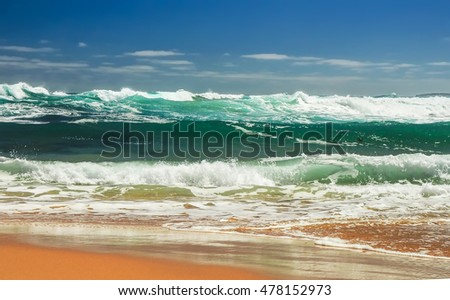 The turquoise waves of the Pacific ocean #478152973