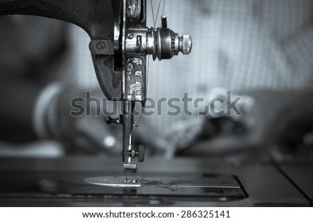 The vintage sewing machine on fashion designer blur background, black and white tone Foto d'archivio ©