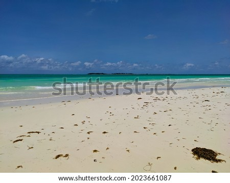 The white Pilar beach of the island Cayo Guillermo, Cuba with the azure water of the ocean. Playa Pilar is very popular with tourists and is one of the most popular excursions. Foto stock ©