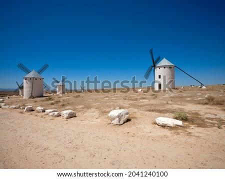 The windmills of Campo de Criptana, located in Castile-La Mancha, on a sunny day in summer. The mills are located in the so-called 'Sierra de los Molinos' Foto stock ©