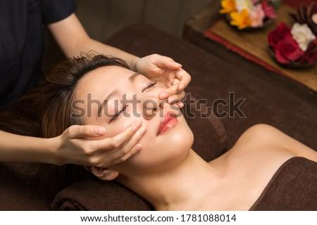 The woman has a facial treatment. ストックフォト ©