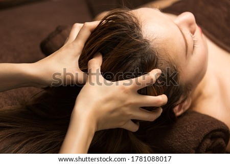 The woman has a head massage. Foto stock ©