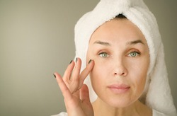 the woman of forty years puts a cream under eyes
