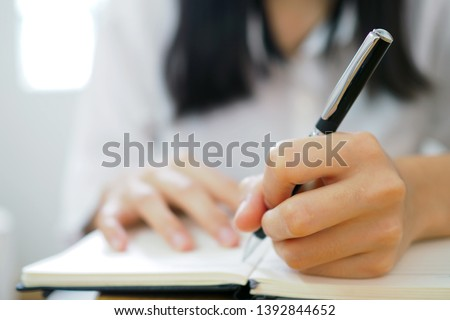 The woman's hand is written using the left hand. Foto stock ©