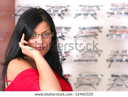 the woman tries glasses