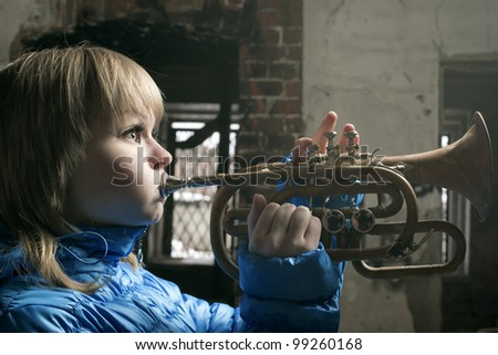 The young blonde with wind the tool, Cornet