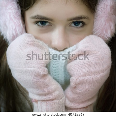 The young girl in mittens