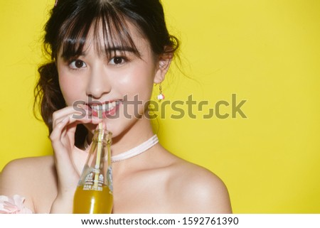 The young woman to drink soda